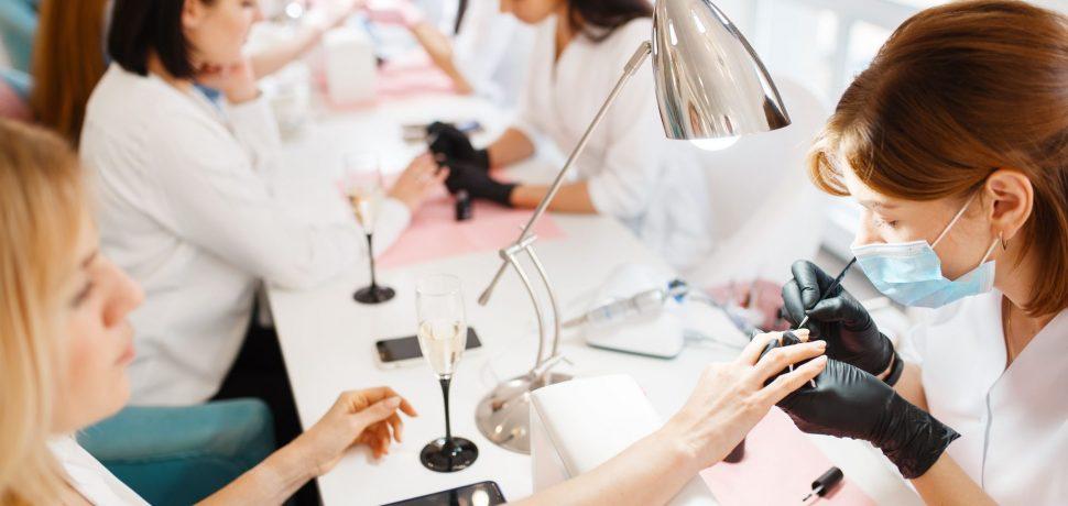 group-of-women-on-manicure-procedure-beauty-salon-2KEWBEZ.jpg